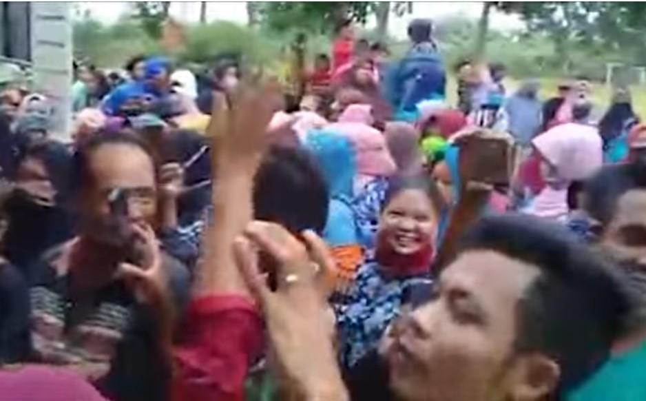 Emak-emak Demo Menuntut Transparansi BLT Dana Desa